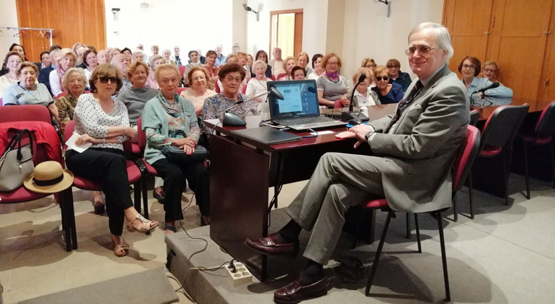 El Prof. José Francisco Ballester-Olmos Anguís fent una de les seues classes magistrals
